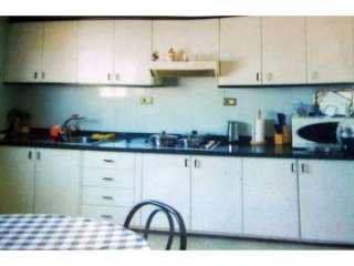 Muebles de cocina de madera en color blanco con adornos negros